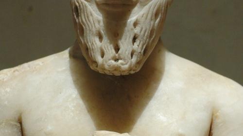 Estatua del rey de Mari, con un saludo sonriente