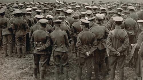 Soldados británicos reuniéndose para un servicio religioso cerca de la línea de frente durante la Primera Guerra Mundial