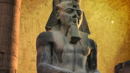 Los faraones eran considerados hijos literales de Ra o la encarnación divina de Horus. Se pensaba que encarnaban a todos los dioses de Egipto y que eran su representante ante el pueblo egipcio.