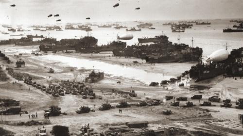 Con la cabeza de playa de Normandía asegurada, un gran número de tropas aliadas y vehículos militares se desbordaba tierra adentro.
