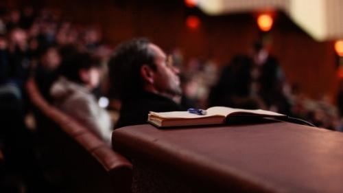 La principal diferencia es que la Iglesia de Dios Unida celebra los servicios de adoración el séptimo día de la semana (Sábado).