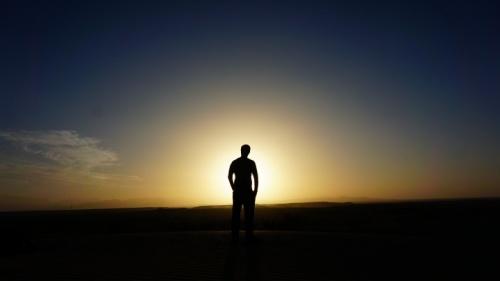 A pesar de todas las malas noticias que nos rodean, Jesús dijo en Lucas 21:31 que podemos consolarnos al saber que el Reino de Dios está a la vuelta de la esquina. ¡Aún hay esperanza! Hay luz al final del túnel.