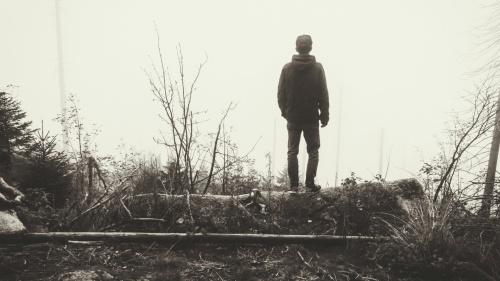 Salir de la depresión puede compararse con tratar de salir de un pozo resbaladizo. Podemos iniciar la escalada con buenas intenciones y luego volver a caer. Es un viaje largo, pero debemos continuar con la ayuda de Dios