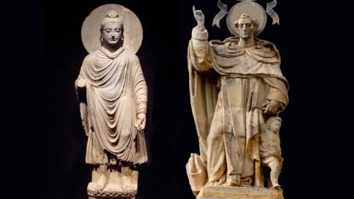 Adoración a los Santos. A la izquierda un Buda de la cultura China, a la izquierda, un santo occidental