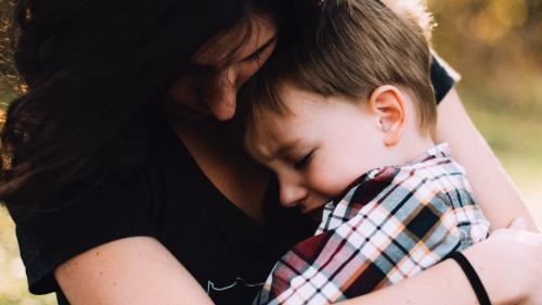 ¿Cómo hablar con sus hijos después de la muerte de un amigo?