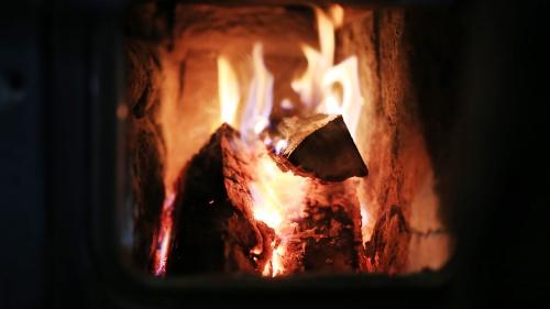 Dios no nos prohíbe un fuego para calentar nuestros hogares en una fría noche de sábado, ni un fuego para cocinar, ni el encendido de una lámpara en la oscuridad.