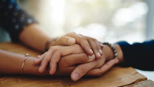 Las personas necesitan el consuelo de saber que los demás se preocupan por ellas y estarán allí en momentos de necesidad.