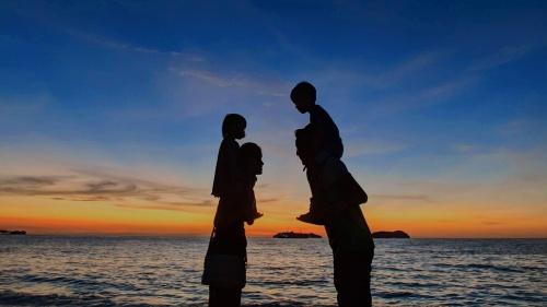 La familia, según el diseño de Dios, es un pequeño reino terrenal donde, aun con ciertas vicisitudes, se nos puede proporcionar una atmósfera de bienestar.