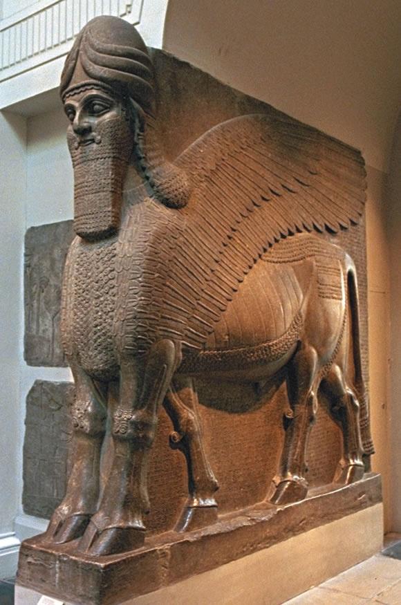 Gigantes estatuas de toros alados custodiaban las entradas a los palacios de los reyes guerreros de Asiria.