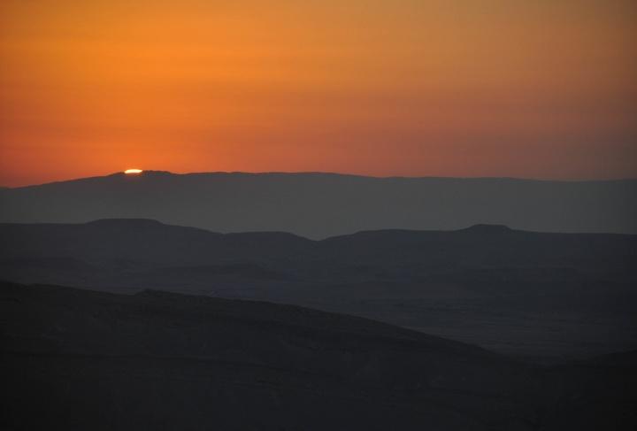 Puesta de sol sobre las dunas del desierto.