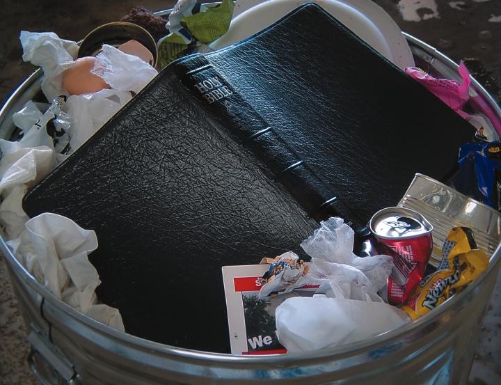 Una Biblia tirada en un cesto de basura