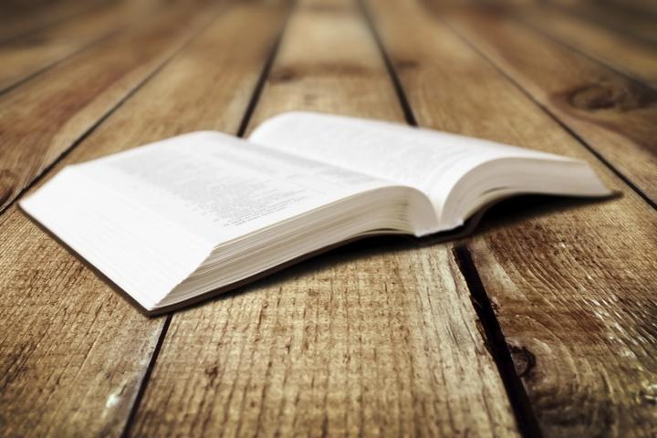 Una Biblia abierta puesta sobre una mesa.