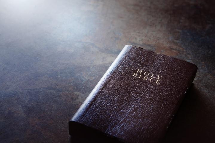 Una biblia en una mesa.
