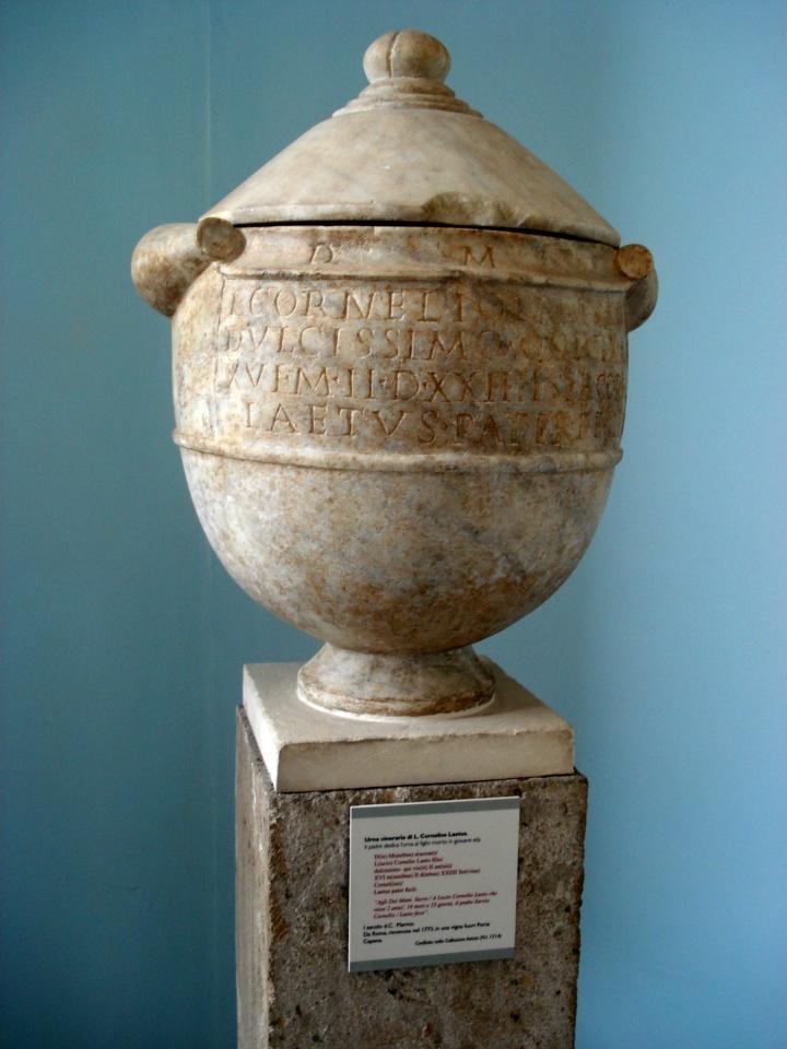 Los romanos imitaron la costumbre griega incinerando a sus héroes militares. La práctica de la cremación se extendió entre la población general