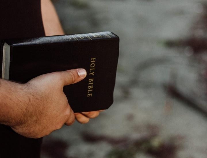 Usted no encuentra en la Biblia ningún pasaje donde se afirme que el ofendido debe infligir al ofensor las mismas lesiones que este le causó.
