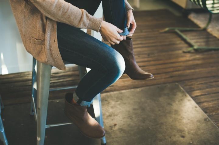 La ley que encontramos en Deuteronomio no se refiere a las mujeres que usan pantalones.