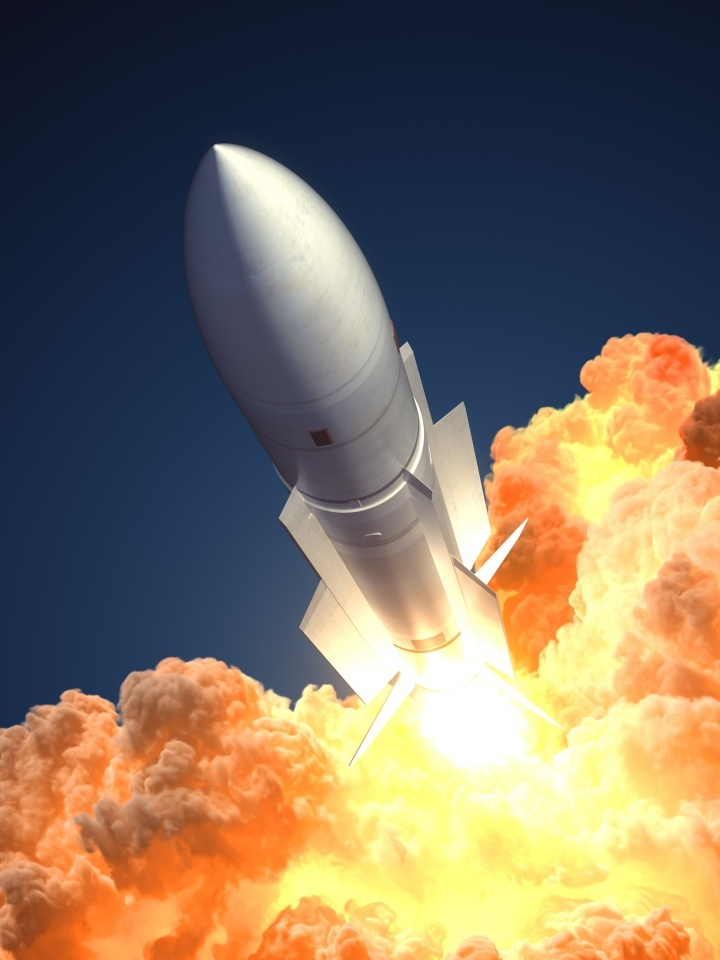 La historia nos dice que las armas, una vez desarrolladas, son usadas. La dramáticamente acelerada acumulación de instrumental militar, apuntala hacia una nueva guerra.