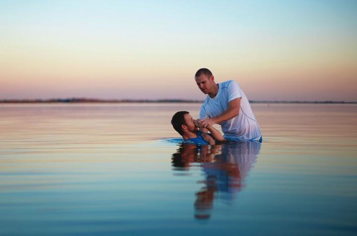 """El bautismo es en realidad un entierro simbólico del """"viejo yo"""" de una persona. Cuando el individuo bautizado se levanta de la tumba acuática figurativa, retrata una resurrección de los muertos a una segunda vida, nueva y cambiada."""