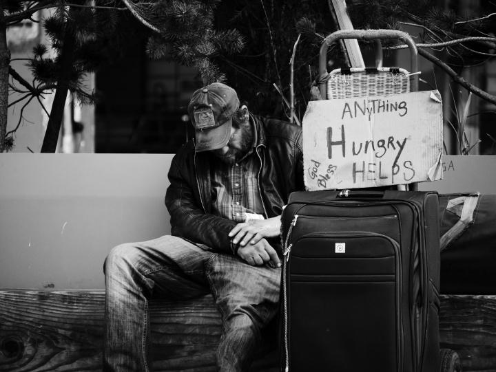 La Biblia es clara, se espera que debemos cuidar de los pobres y necesitados entre nosotros. Pero también nos amonesta no contribuir con los que se rehúsan a trabajar.
