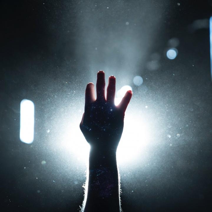 Mas yo a El Eterno miraré, esperaré al Dios de mi salvación; el Dios mío me oirá.
