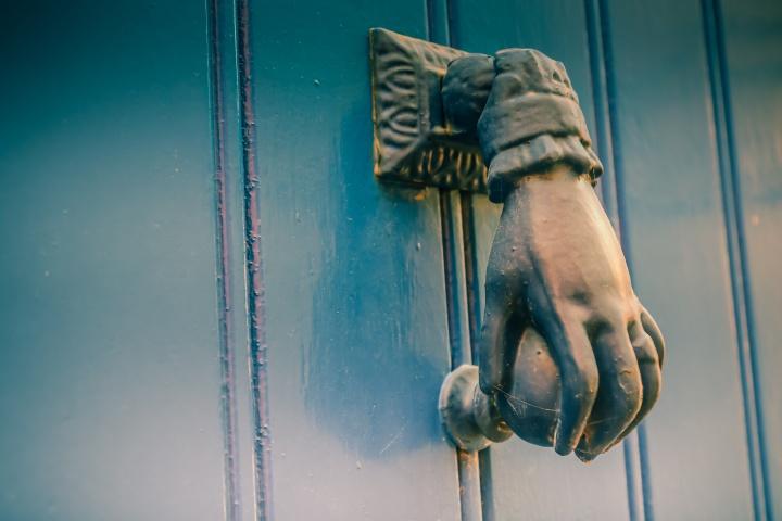 En el caso de los cristianos negligentes, Cristo tocará la puerta de sus corazones para que lo dejen entrar.