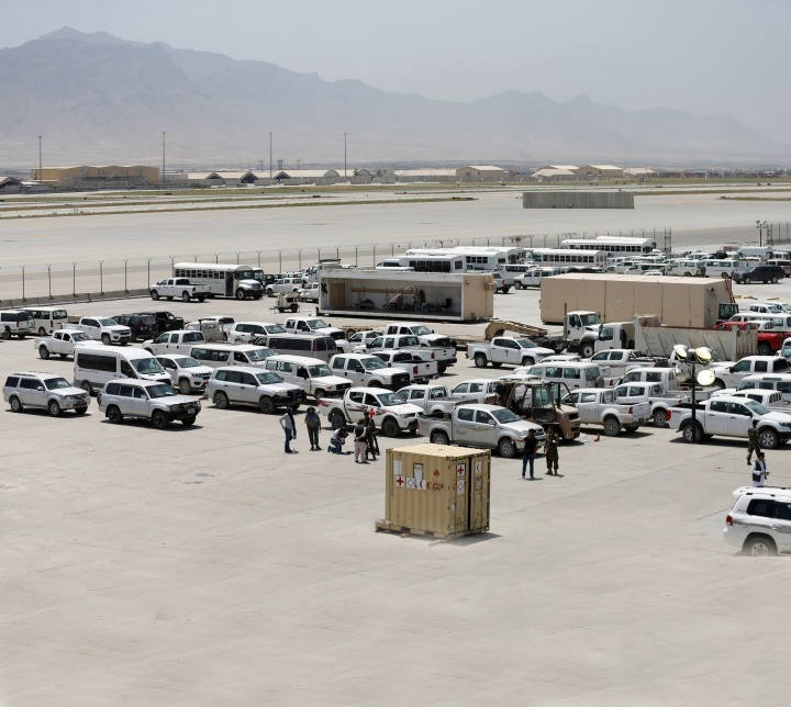 Los soldados afganos inspeccionan algunos de los miles de vehículos estadounidenses abandonados en la retirada estadounidense de la base aérea de Bagram, Afganistán, en julio de 2021.