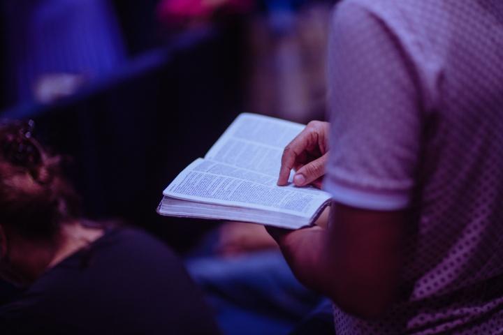 No hay ningún ritual ni serie de palabras que debamos decir para que Dios escuche nuestras oraciones. Pero sí somos responsables de cómo nos acercamos a él cuando oramos.