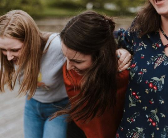 Ser un verdadero amigo significa estar allí cuando todo se desmorona, así como cuando las cosas marchan bien. No nos alejamos cuando llegan tiempos difíciles.