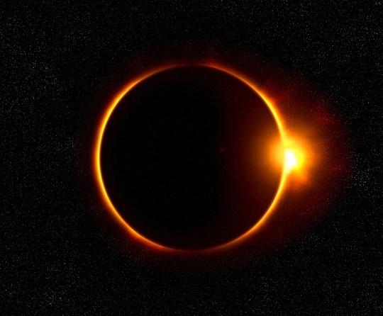 100 años atrás a Einstein lo hicieron famoso por haber comprobado su teoría mediante la observación de la posición de las estrellas en el día de un eclipse total solar.